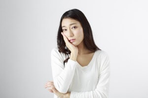 困る女性 (2)
